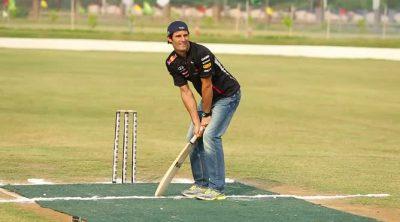 Mark Webber juega al cricket en India