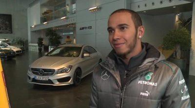 Lewis Hamilton ya viste sus nuevos colores en la sede de Mercedes